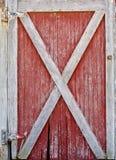 Красная и белая дверь амбара Стоковая Фотография