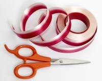 Красная и белая лента с scissor Стоковое Изображение RF