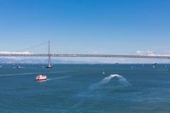 Красная и белая рубрика парома для моста залива Стоковая Фотография