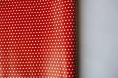 Красная и белая упаковочная бумага точек польки Стоковые Фотографии RF