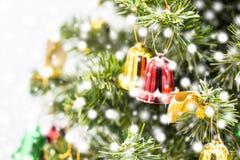 Красная и зеленая смертная казнь через повешение украшения колокола рождества от рождества Стоковые Фотографии RF