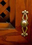Красная и коричневая дверь древесины кухонного шкафа стоковая фотография rf