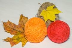 Красная и оранжевая пряжа с кленовыми листами Стоковое Изображение