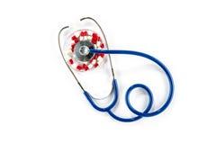 Красная капсула в чашка Петри с стетоскопом, кардиологии Стоковая Фотография RF