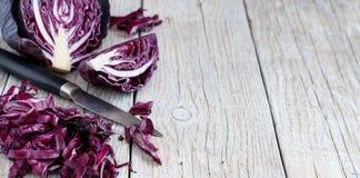 Красная капуста с ножом Стоковое Фото