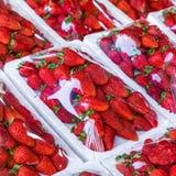 Красная картина клубник в рынке Свежая текстура клубник Здоровый плод стоковое фото