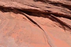 Красная калиброванная поверхность утеса, наслоенная и Стоковые Изображения