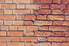 Красная кирпичная стена Старая и новая кирпичная кладка Стоковые Изображения