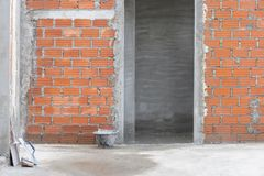 Красная кирпичная стена с входом в конструкции жилого дома стоковая фотография