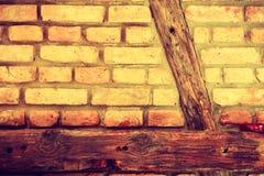 Красная кирпичная стена с деревянными частями Стоковые Фотографии RF