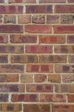 Красная кирпичная стена с интересными сделанными по образцу пятнами стоковые фото