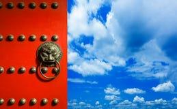 Красная китайская дверь открытая Стоковые Изображения