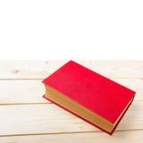 Красная книга на деревянном столе Взгляд сверху задняя школа к Стоковые Изображения RF