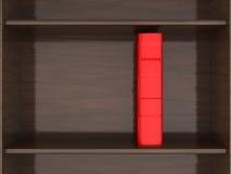 Красная книга на книжных полках Стоковая Фотография RF