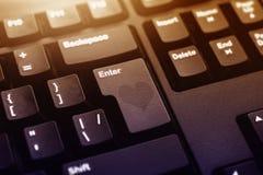 Красная кнопка на клавиатуре с сердцем вписывает онлайн влюбленность стоковое изображение rf