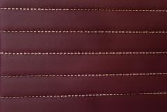Красная кожаная циновка с прямо шить мягкую кожаную ногу машины текстурировала дело ткани предпосылки концепции собрания картины стоковое фото