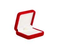 Красная коробка бархата для изолированного кольца, раскрытый, Стоковое Изображение