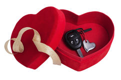 Красная коробка в форме сердца с ключами Стоковые Изображения RF