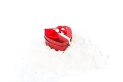 Красная коробка подарка сердца на снежке Стоковая Фотография RF