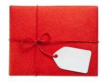 Красная коробка подарка с пустой биркой подарка Стоковое Изображение
