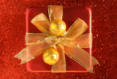 Красная коробка сатинировки с тесемкой золота Стоковые Фото