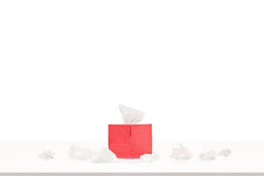 Красная коробка с бумажными тканями на таблице Стоковые Фото