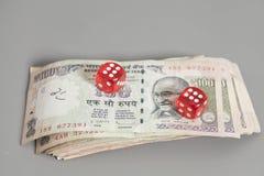 Красная кость на индийских бумажных деньгах рупии валюты Стоковые Изображения RF