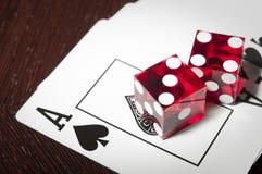 Красная кость на распространенных карточках Стоковое фото RF