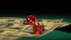 Красная кость падая на деньги, картежника играя игру на казино, наркоманию к играть в азартные игры видеоматериал