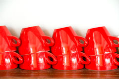 Красная кофейная чашка на деревянной полке Стоковые Изображения