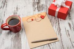 Красная кофейная чашка, пустой блокнот и печенья сердца Стоковое Изображение