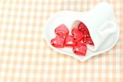 Красная кофейная чашка сердца и сердца форменная Стоковое Фото