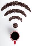 Красная кофейная чашка с фасолями значка Wi-Fi для кафа Стоковое фото RF