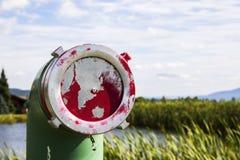 Красная краска шелушения на крышке трубы водопровода Стоковые Фото