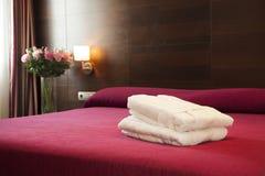Красная кровать стоковые изображения