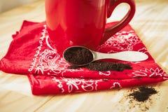 Красная кружка кофе с салфеткой и землями Стоковые Фотографии RF