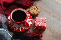 Красная кружка рождества с кофе и печеньями на деревянном столе Стоковое фото RF