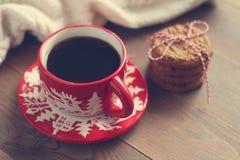 Красная кружка рождества с кофе и печеньями на деревянном столе Стоковое Изображение RF