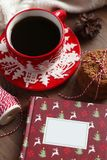 Красная кружка рождества с кофе и печеньями на деревянном столе Стоковые Изображения