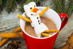 Красная кружка с горячим шоколадом с расплавленным снеговиком зефира Стоковое Изображение