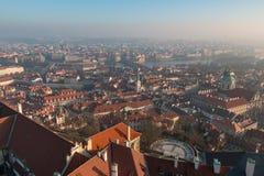 Красная крыша в Праге Панорамный взгляд Праги в зимнем дне с густым туманом в городе Стоковые Изображения