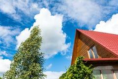 Красная крыша загородного дома плитки Стоковое Изображение