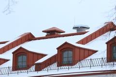 Красная крыша с окнами чердака стоковые фото