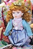 Красная кукла волос, который нужно продать на рынке сувенира в Румынии Кукла подарка Румынская традиционная красочная handmade ку Стоковое фото RF