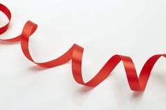 Красная курчавая лента изолированная на белизне Стоковые Изображения