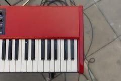 Красная клавиатура синтезатора стоковая фотография rf