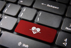 Красная клавиша на клавиатуре биения сердца, предпосылка здоровья Стоковые Изображения