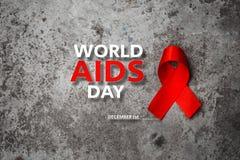 Красная лента с информационной кампанией Международного дня СПИДА текста стоковая фотография rf