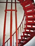 Красная лестница внутри маяка Гаттераса накидки стоковая фотография
