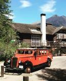 Красная ложа снаружи туристического автобуса на национальном парке ледника, Монтане стоковые фотографии rf